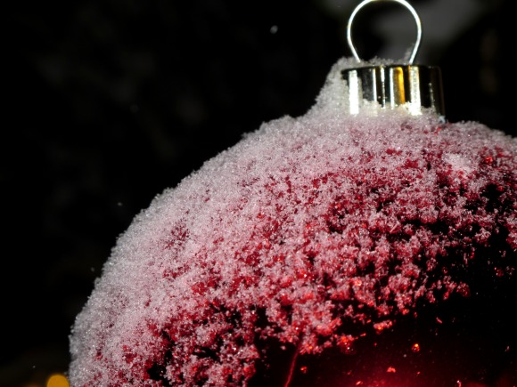 Röd julkula i snö